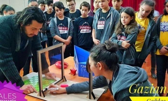 Çağdaş Bilgi öğrencileri Matematik Müzesi'nde