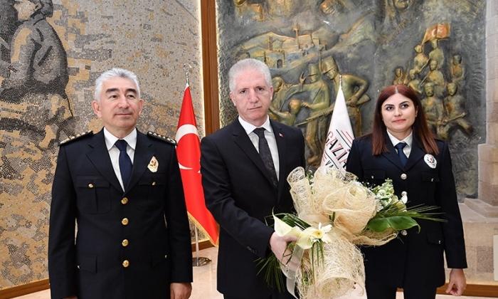 Vali Gül'den Polislere övgü